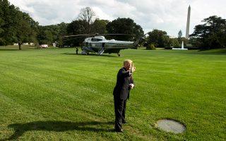 Ο Αμερικανός πρόεδρος φέρεται να βολιδοσκοπεί την Ντίνα Πάουελ, η οποία εναλλάσσει θητείες σε κυβερνητικά αξιώματα και στην Goldman Sachs.