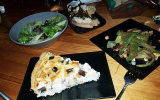 Πράσινη σαλάτα με αχλάδι «κουντουρέλια», αμύγδαλο και πιπερόριζα. Φασόλια λευκά Αγιάσου και μπαρμπούνια Πλωμαρίου με λαδολέμονο «κρασουλιάς» και φέτα. Τάρτα με αλεύρι από Σαρίτσαμ, με ντόπια μελιτζάνα και κολοκύθα.