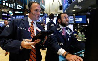 Ο Dow Jones και ο S&P υποχωρούσαν χθες πριν από το κλείσιμο κατά 1,93% και 1,92%, αντίστοιχα, ενώ έκλεισαν την Τετάρτη με απώλειες 3,15% και 3,29%. Η χθεσινή τους πτώση εν μέρει περιορίστηκε λόγω των θετικών στοιχείων για συγκρατημένη άνοδο του πληθωρισμού κατά 0,1% τον Σεπτέμβριο.