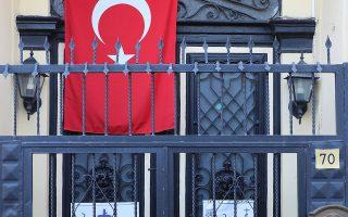 Τουρκική σημαία καλύπτει την είσοδο στον Ναό της Αναστάσεως, στη Σμύρνη, όπου ιερουργούσε μέχρι τη σύλληψή του ο Αμερικανός πάστορας Αντριου Μπράνσον.