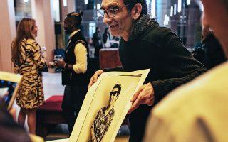 Ο Ρισάρ Μπελιά ξεναγεί τους επισκέπτες στο έργο του.