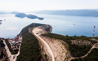 Με γοργό ρυθμό προωθούνται τα έργα κατασκευής γέφυρας, η οποία θα συνδέει την πόλη του Ντουμπρόβνικ με την κροατική ενδοχώρα, παρακάμπτοντας τις ακτές του Μαυροβουνίου. Το έργο ανέλαβε, κατόπιν μειοδοτικού διαγωνισμού, κινεζική κατασκευαστική εταιρεία, η προσφορά της οποίας ήταν κατά 100 εκατ. δολάρια πιο οικονομική από κάθε άλλη. Το μεγάλο έργο αποτελεί μέρος της φιλόδοξης διεθνούς κινεζικής επενδυτικής πρωτοβουλίας «Ζώνη και Δρόμος».