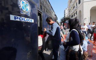 Πρόσφυγες απομακρύνονται από την πλατεία Αριστοτέλους. Το υπουργείο Μεταναστευτικής Πολιτικής συνεργάζεται στενά με τον δήμο για εξεύρεση λύσης για όσους μετανάστες καταφθάνουν στη Θεσσαλονίκη.
