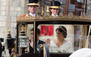 Η νιόπαντρη πριγκίπισσα Ευγενία και ο σύζυγός της Τζακ Μπρούκσμπανκ επιβαίνουν στην άμαξα στους δρόμους του Ουίνδσορ.