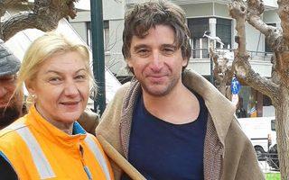 «Οι χρήστες είναι θύματα εκτός των εμπόρων και της ίδιας της πολιτείας», σημειώνει ο κ. Γ. Αποστολόπουλος, δημοτικός σύμβουλος του Δήμου Αθηναίων. Στη φωτογραφία, με υπάλληλο του δήμου στον τομέα της καθαριότητας.