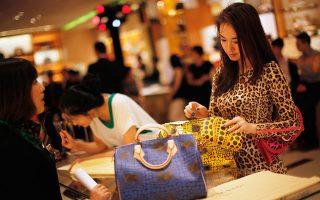Ο αυστηρότερος έλεγχος των κινεζικών τελωνείων προκάλεσε έντονη ανησυχία σε μεγάλες εταιρείες πώλησης ειδών πολυτελείας, διότι εκτιμάται ότι θα οδηγήσει σε σημαντική πτώση των πωλήσεων στις μεγάλες πρωτεύουσες της μόδας στη Δύση.