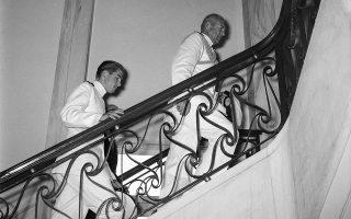 Ο βασιλιάς Παύλος και ο διάδοχός του Κωνσταντίνος προσέρχονται σε γεύμα στο Κεντρικό Κατάστημα της Τράπεζας της Ελλάδος (1960).