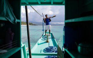Εκατοντάδες επιβατικά σκάφη προσεγγίζουν καθημερινά το Μπορακάι. Η άναρχη τουριστική ανάπτυξη μετέτρεψε το νησί σε «υπόνομο», αλλά τώρα φαίνεται ότι οι ισορροπίες έχουν αποκατασταθεί.