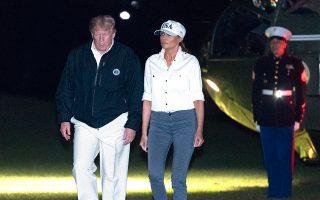 Το προεδρικό ζεύγος επιστρέφει στον Λευκό Οίκο αφού επιθεώρησε τις καταστροφές από τον κυκλώνα «Μάικλ» σε Φλόριντα και Τζόρτζια.