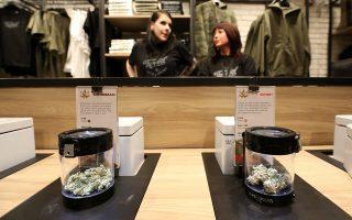 Κάνναβη πωλείται σε κατάστημα λιανικής Tweed μετά τη νομιμοποίησή της στον Καναδά.