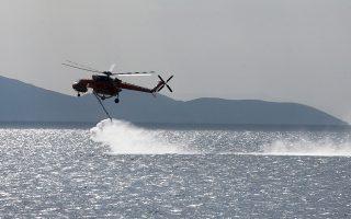 «Εννέα λεπτά μετά την εκδήλωση της πυρκαγιάς στο Μάτι δόθηκε εντολή σε ένα ελικόπτερο Erickson S-64 που έκανε ρίψεις νερού στο μέτωπο της Κινέτας, να κατευθυνθεί στην Ανατολική Αττική», αναφέρει το πόρισμα.