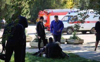 Μέλη υπηρεσιών ασφαλείας και σωστικών συνεργείων στον τόπο της τραγωδίας, στο τεχνικό κολέγιο του Κερτς, στην Κριμαία.