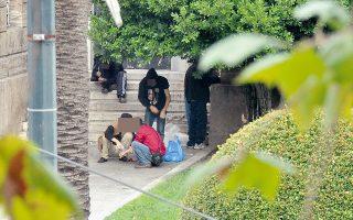 Διακινητές και χρήστες ναρκωτικών έχουν καταλάβει τους χώρους γύρω από τα ΑΕΙ.