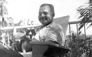 Ο Eρνεστ Χέμινγουεϊ με τη γάτα του Μπουάζ, στο σπίτι του στην Κούβα. Συλλογή Προεδρική Βιβλιοθήκη και Μουσείο Τζον Φ. Κένεντι.
