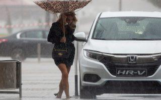 Η κοκέτα. Μίνι, πέδιλο με φιόγκο και λεοπάρ ομπρέλα. Ολα τα είχε προβλέψει η ωραία κυρία για την βόλτα της εκτός από την πλημμύρα στην Μάλαγα της Ισπανίας που τις χάλασε το σύνολο αλλά όχι την διάθεση. EPA/Daniel Perez