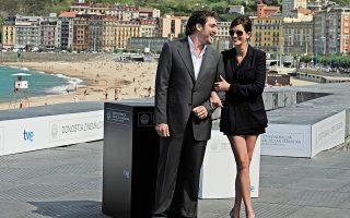 Ο ηθοποιός Χαβιέ Μπαρδέμ ποζάρει με τη συνάδελφό του Τζούλια Ρόμπερτς στο κινηματογραφικό φεστιβάλ του Σαν Σεμπαστιάν.