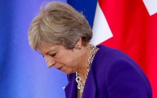 Η Τερέζα Μέι κατεβαίνει από το βήμα, έχοντας ολοκληρώσει τη συνέ-ντευξη Τύπου που παραχώρησε στους ξένους ανταποκριτές, κατά τη διάρκεια της πρόσφατης Συνόδου Κορυφής της Ε.Ε., στις Βρυξέλλες.
