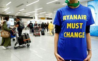 «H Ryanair πρέπει να αλλάξει», αναφέρει το μπλουζάκι διαδηλωτή σε αεροδρόμιο του Βελγίου. Η εταιρεία δέχθηκε δριμύτατες επικρίσεις για τον τρόπο που χειρίστηκε τη ρατσιστική επίθεση.