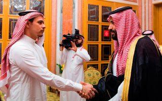 Υπό την πίεση της διεθνούς κατακραυγής, ο πρίγκιπας διάδοχος της Σαουδικής Αραβίας Μοχάμεντ μπιν Σαλμάν (δεξιά) δέχθηκε, χθες, στο παλάτι τον Σάλαχ Κασόγκι, υιό του δολοφονημένου δημοσιογράφου Τζαμάλ Κασόγκι και του υπέβαλε τα συλλυπητήρια της βασιλικής οικογένειας. Για προμελετημένη και ειδεχθή δολοφονία έκανε λόγο ο Τούρκος πρόεδρος Ταγίπ Ερντογάν, χωρίς όμως να προσκομίσει ουσιώδη νέα στοιχεία.