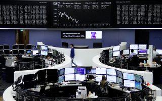 Τα χρηματιστήρια στην Ευρώπη διολίσθησαν χθες στο χαμηλότερο επίπεδο από το 2016, ακολουθώντας την πτώση που είχε εμφανιστεί στα χρηματιστήρια της Ιαπωνίας, του Χονγκ Κονγκ και της Κίνας. Ο δείκτης Dax (φωτ.) στη Φρανκφούρτη υποχώρησε κατά 2,17%.