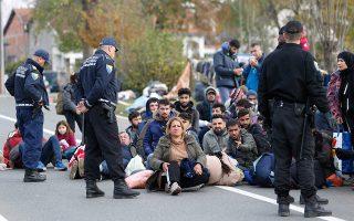 Βόσνιοι αστυνομικοί σταματούν τους πρόσφυγες κοντά στο Μπίχατς, στα σύνορα της χώρας με την Κροατία.