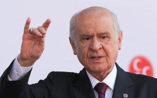 Ο ηγέτης του εθνικιστικού κόμματος ΜΗΡ, Ντεβλέτ Μπαχτσελί, σχηματίζει το γνωστό σύμβολο των Γκρίζων Λύκων στη διάρκεια παλιότερης προεκλογικής συγκέντρωσης, στην Κωνσταντινούπολη.