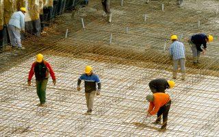 Οι χαμηλότερες αποδοχές καταγράφονται στουςανειδίκευτους εργάτες,με μέσο μισθό 633 ευρώ, ενώ ακολουθούν τα επαγγέλματα που σχετίζονται με τη γεωργία (683 ευρώ) και οι απασχολούμενοι στην παροχή υπηρεσιών και στο εμπόριο (726 ευρώ).