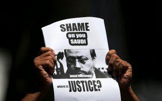 Μέλος δημοσιογραφικής ένωσης της Σρι Λάνκα υψώνει πλακάτ για τον φόνο του Κασόγκι σε συγκέ-ντρωση διαμαρτυρίας στο Κολόμπο.