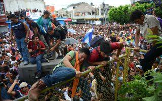 Στο επίκεντρο της πολιτικής διαμάχης για τις αμερικανικές εκλογές της 6ης Νοεμβρίου βρέθηκε το καραβάνι των μεταναστών από την Κεντρική Αμερική. Ο πρόεδρος Τραμπ απείλησε ότι θα στείλει στρατό στα σύνορα και κατηγόρησε τους Δημοκρατικούς για ελαστική αντιμετώπιση του ζητήματος. Στη φωτογραφία, μετανάστες περνούν τα σύνορα της Γουατεμάλας με το Μεξικό στην Τεκούν Ουμάν.
