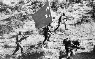 Τούρκοι στρατιώτες προελαύνουν επί κυπριακού εδάφους την 20ή Ιουλίου 1974. «Η κυπριακή τραγωδία και η εξέλιξή της διδάσκουν ότι η ενότητα και η ομοψυχία του λαού μας αποτελούν αναγκαία προϋπόθεση για την πρόοδο και την ευημερία», σημειώνεται στον επίλογο της επιτροπής της Βουλής.