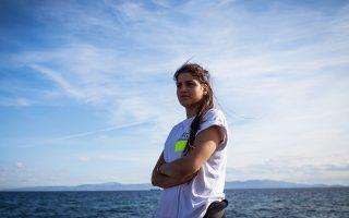 Το 2015 η Σάρα Μαρντίνι (φωτ.), μαζί με την αδελφή της Γιούσρα, έσωσε κολυμπώντας 18 πρόσφυγες όταν χάλασε η μηχανή στη βάρκα των διακινητών που τους μετέφερε στη Λέσβο. Δεινή κολυμβήτρια, επέστρεψε εθελόντρια από τη Γερμανία για να βοηθήσει τους πρόσφυγες που έφθαναν στο νησί. Credit: UNHCR/Achilleas Zavallis