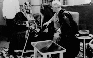 14 Φεβρουαρίου 1945. Στο κατάστρωμα του αμερικανικού καταδρομικού «Κουίνσι» κλείνει το ιστορικό «ντιλ» μεταξύ του προέδρου των ΗΠΑ Φραγκλίνου Ρούζβελτ και του Σαουδάραβα βασιλιά Ιμπν Σαούντ. Οι δύο ηγέτες έβαλαν τις βάσεις της ιστορικής συμμαχίας που εξασφάλιζε φθηνό πετρέλαιο και στήριξη των αμερικανικών συμφερόντων στη Μέση Ανατολή, με αντάλλαγμα την ασφάλεια της σκοταδιστικής μοναρχίας.