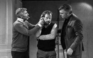 Ο Γιώργος Πυρπασόπουλος (κέντρο) είναι καλός ως μετριοπαθής Ιβάν. Ο σκηνοθέτης και συμπρωταγωνιστής Θοδωρής Αθερίδης (αριστερά) κινείται στο γνωστό χαλαρό στυλ που έχει καθιερώσει και ο Αλκης Κούρκουλος (δεξιά) παίζει τον ρόλο του με όλες τις ευκολίες που μπορεί κανείς να φανταστεί.