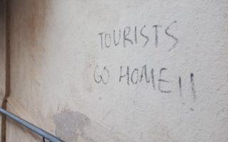 Τουρίστες πηγαίνετε σπίτι σας, σύνθημα ενδεικτικό του φαινομένου του «overtourism».