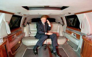 Αναπαυτικά καθισμένος στη λιμουζίνα του, το 1999, ο σημερινός πρόεδρος των ΗΠΑ, Ντόναλντ Τραμπ.