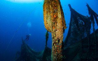 Τα αλιευτικά δίχτυα που έχουν πεταχτεί, χαθεί ή εγκαταλειφθεί στη θάλασσα («δίχτυα φαντάσματα») από τα αλιευτικά σκάφη συνεχίζουν να παγιδεύουν ψάρια και θαλάσσια θηλαστικά, ενώ εγκυμονούν κινδύνους για τη ναυσιπλοΐα.