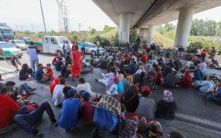 Οι συνθήκες που επικρατούν στα κέντρα φιλοξενίας εντείνουν τη δυσαρέσκεια προσφύγων και μεταναστών, με τις συγκρούσεις για ασήμαντες αφορμές να είναι σχεδόν καθημερινές (φωτ. από διαμαρτυρία μεταναστών στα Διαβατά Θεσσαλονίκης).