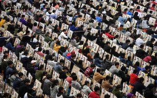 Πως να διακριθείς; Και μόνο βλέποντας το πλήθος των υποψηφίων λιγοψυχάς. Πως να διακριθείς ανάμεσα σε δεκάδες εκατοντάδες υποψηφίους για την εισαγωγή στην Καλών Τεχνών. Η φωτογραφία είναι από το στάδιο που διοργανώθηκαν πρόβες των εξετάσεων στο Wuhan, της επαρχίας Hubei στην Κίνα.REUTERS/Stringer
