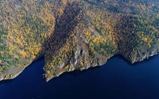 Κίτρινες πινελιές. Από ψηλά η φύση δίπλα στον ποταμό  Yenisei της Σιβηρίας καλοδέχεται το φθινόπωρο κιτρινίζοντας τα φύλλα των δένδρων. REUTERS/Ilya Naymushin