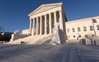 Σε σχεδόν όλες τις μεγάλες πρόσφατες αποφάσεις, οι δικαστές του Ανωτάτου Δικαστηρίου μοιράστηκαν με βάση τις κομματικές γραμμές.