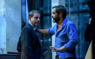 Ο Κωνσταντίνος Μαρκουλάκης στις πρόβες με τον Δημήτρη Λιγνάδη μιλούν για σκηνικές λεπτομέρειες.