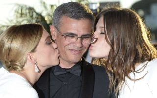TOPSHOTSFrench actresses Lea Seydoux (L) and Adele Exarchopoulos kiss on May 26, 2013 French-Tunisian director Abdellatif Kechiche posing with his Palme d'Or award during a photocall at the 66th Cannes film festival in Cannes. AFP PHOTO / ANNE-CHRISTINE POUJOULAT