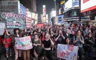 Ακτιβίστριες διαδηλώνουν στη Νέα Υόρκη κατά του διορισμού του Μπρετ Κάβανο στο Ανώτατο Δικαστήριο των ΗΠΑ.