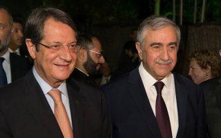 Ο Πρόεδρος της Κυπριακής Δημοκρατίας Νίκος Αναστασιάδης (Α) και ο Τουρκοκύπριος ηγέτης, Μουσταφά Ακιντζί (Κ), στην αποχαιρετιστήρια δεξίωση στο «Λήδρα Πάλλας», στη «νεκρή ζώνη» της Λευκωσίας, που παραθέτει ο Ειδικός Σύμβουλος του Γενικού Γραμματέα του ΟΗΕ για το Κυπριακό, Έσπεν 'Αιντε (Espen Barth Eide) (Δ), Πέμπτη 3 Αυγούστου 2017. Με αίσθημα απογοήτευσης αποχωρεί ο ειδικός σύμβουλος του γενικού γραμματέα του ΟΗΕ για το Κυπριακό, Έσπεν 'Αιντε, ο οποίος τον άλλο μήνα θα είναι υποψήφιος στις βουλευτικές εκλογές στη Νορβηγία. ΑΠΕ ΜΠΕ/ΑΠΕ ΜΠΕ/Σταυρος Ιωαννιδης