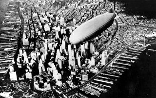 Το ζέπελιν του αμερικανικού πολεμικού ναυτικού «Akron» πετάει πάνω από το Μανχάταν κατά την επιστροφή του στη βάση του στο Νιου Τζέρσεϊ, μετά το πέρας του παρθενικού του ταξιδιού πάνω από τις νότιες πολιτείες των ΗΠΑ. (AP Photo)