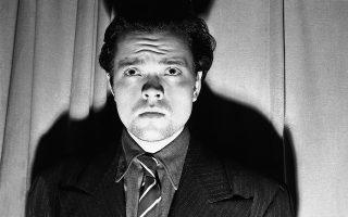 ε μία ιστορική ημέρα για το μέσο του ραδιοφώνου, την παραμονή του εορτασμού του Χαλοουίν, ο σπουδαίος Αμερικανός ηθοποιός και σκηνοθέτης Όρσον Γουέλς, σε ηλικία μόλις 23 ετών, καταφέρνει να τρομοκρατήσει τους Αμερικανούς ακροατές με την ραδιοφωνική δραματοποίηση του κλασικού έργου επιστημονικής φαντασίας του Χ.Τζ. ΓΟυέλς, «Ο Πόλεμος των Κόσμων», το 1938. O τρόμος περί μίας πραγματικής εισβολής Αρειανών στη Γη που προκάλεσε σε ορισμένους ακροατές το «παιδί θαύμα» του αμερικανικού σίνεμα, που σε ηλικία 26 ετών άφησε ανεξίτηλο το στίγμα του στην έβδομη τέχνη με τον «Πολίτη Κέιν», παρότι υπαρκτός, μεγαλοποιήθηκε σε υπερβολικό βαθμό από τον Τύπο, με αναφορές περί πρόκλησης πανεθνικού πανικού να φιγουράρουν στα πρωτοσέλιδα των περισσότερων μεγάλων εφημερίδων της χώρας, μετατρέποντας το συμβάν σε αστικό μύθο. (AP Photo)