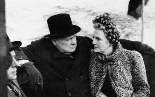 Ο πρωθυπουργός της Μεγάλης Βρετανίας, Ουίνστον Τσώρτσιλ, και η σύζυγος του, Κλημεντίνη, ενημερώνονται για τις ζημιές που έχουν υποστεί οι αποβάθρες του Λονδίνου από τους γερμανικούς βομβαρδισμούς, κατά τη διάρκεια μίας βόλτας με ταχύπλοο στον ποταμό Τάμεση, το 1940. (AP Photo)