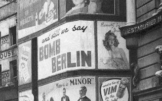 Ανάμεσα στις διαφημίσεις διάφορων καταναλωτικών αγαθών, μία αφίσα ξεκαθαρίζει πόλυ εύγλωττα πως απαντάει η Βασιλική Πολεμική Αεροπορία (RAF) του Ηνωμένου Βασιλείου στους βομβαρδισμούς της Λουφτβάφε εναντίον του Λονδίνου, σε κεντρικό σημείο της βρετανικής πρωτεύουσας, το 1940. (AP Photo)