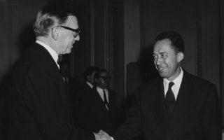 Ο σπουδαίος Γάλλος λογοτέχνης Αλμπέρ Καμύ δέχεται τα συγχαρητήρια του Σουηδού πρεσβευτή στη Γαλλία, Ραγκνάρ Κουμλίν, για τη βράβευση του με το βραβείο Νόμπελ για το σύνολο του λογοτεχνικού και φιλοσοφικού έργου του, σε έναν εκδοτικό οίκο του Παρισιού, το 1957. (AP Photo/Godot)