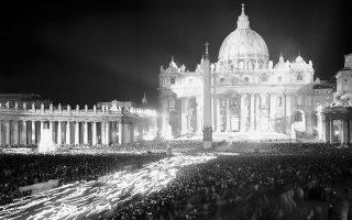 Κρατώντας αναμένους πυρσούς στα χέρια τους, χιλιάδες Καθολικοί πιστοί δημιουργούν μία «θάλασσα φωτός», καθώς προσέρχονται στην πλατεία του Αγίου Πέτρου στο Βατικανό, περιμένοντας τον Πάπα Ιωάννη ΚΓ' να τους μεταδώσει την ευλογία του, το 1962. (AP Photo/Girolamo Di Majo)